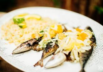 sazonal-cavalinhas-grelhadas-com-salada-de-couscous-marroquino-com-abacate-e-de-laranja-copm-erva-doce-(flavia-valsani-fopto-e-leticia-massula-e-andre-araujo-producao-para-cozinha-da-matilde)