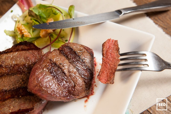 petite-filet-na-grelha-com-salada-de-maca-2-(tricia-vieira-e-leticia-massula-para-feed)