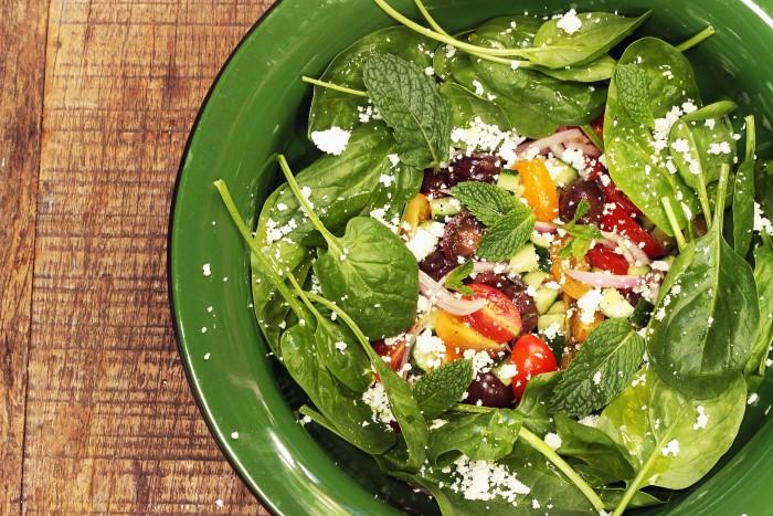 salada grega com espinafre e chancliche (leticia massula para love my salad)