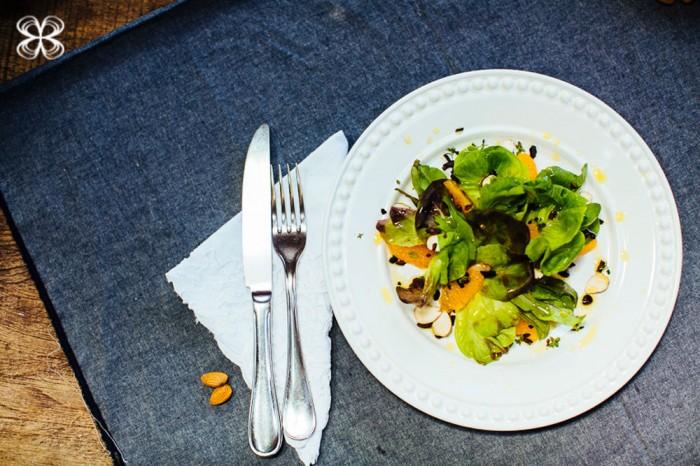 salada-verdes-com-laranja-e-amendoas-(flavia-valsani-para-cozinha-da-matilde)